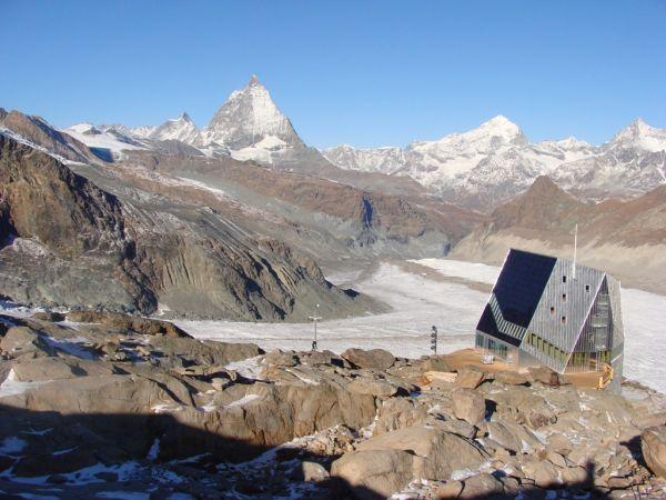 Adlerpass und einer kurzen, steileren Abfahrt auf den Findelgletscher wird Sie der Blick aufs Matterhorn begeistern Mit jedem Schwung der 2100 Höhenmeter.